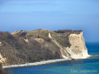 Blick auf den Wall der  Jaromarsburg und auf Kap Arkona (Quelle: Wikipedia, Foto: Lapplaender)