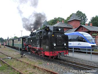 """Auch mit der Schmalspurbahn """"Rasenden Roland"""" kann man die Insel erkunden... (Quelle: Wikipedia, Foto: Lapplaender)"""
