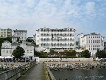 Blick auf Sassnitz vom Wasser aus (Quelle: Wikipedia, Foto: Andreas Steinhoff)