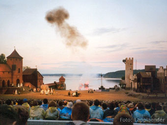 Die Störtebecker-Festspiele auf der Naturbühne Ralswiek (Quelle: Wikipedia, Foto: Lapplaender)
