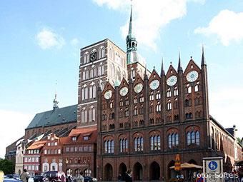 Alter Markt von Stralsund mit Rathaus und Nikolaikirche (Quelle: Wikipedia, Foto: Softeis)