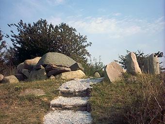 Ein Großsteingrab auf der Insel Rügen (Quelle: Wikipedia)