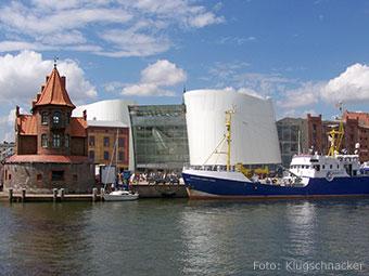 """Blick auf das """"Ozeaneum"""" in der Hansestadt Stralsund vom Wasser aus (Quelle: Wikipedia, Foto: Klugschnacker)"""