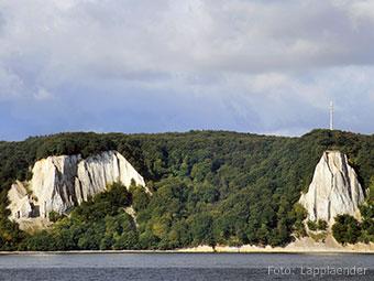 Die Kreidefelsen der Stubbenkammer vom Meer aus gesehen (Quelle: Wikipedia, Foto: Lapplaender)