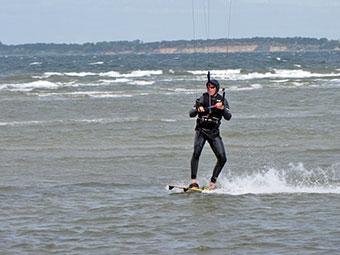 Ein Kitesurfer auf der Ostsee